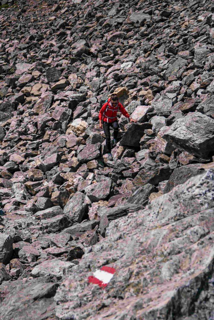 donna cammina fra le rocce