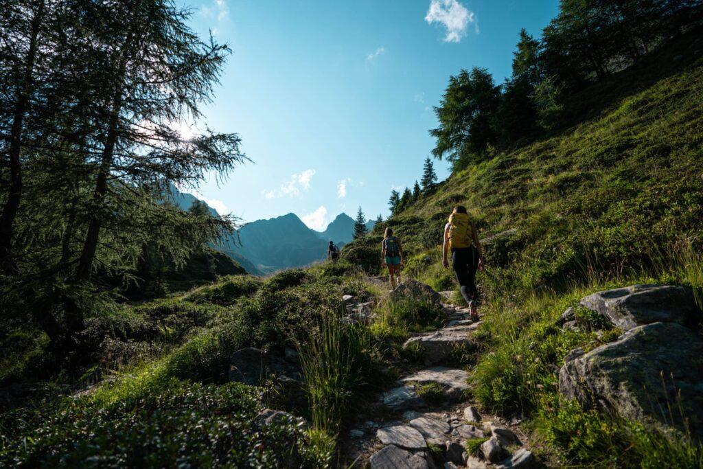Due amiche camminano in montagna