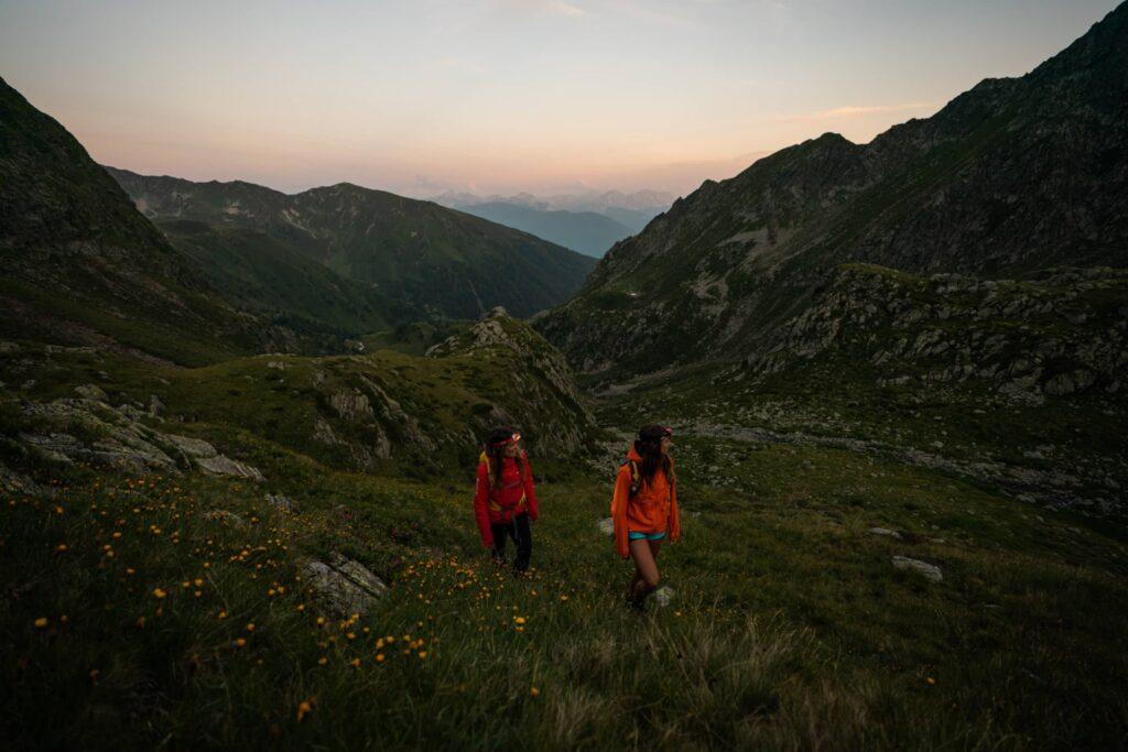 Due ragazze camminano l'alta via di Fundres
